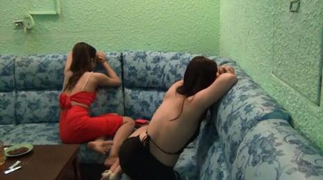 Quán karaoke chui cho nữ tiếp viên mặc yếm tiếp khách - ảnh 2