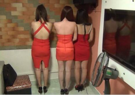 Quán karaoke chui cho nữ tiếp viên mặc yếm tiếp khách - ảnh 1