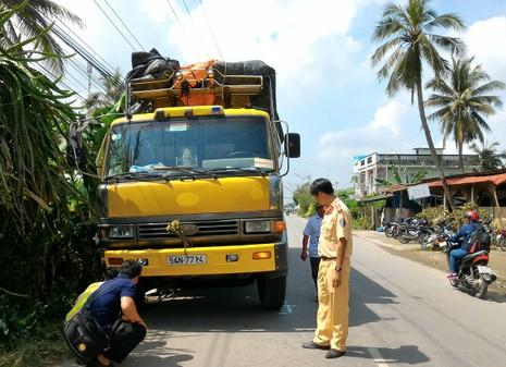 Xe tải kéo lê mô tô 150 m, 2 vợ chồng nhập viện - ảnh 1