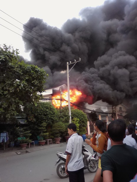 Cháy nhà ở quận 9, ít nhất 2 người tử vong - ảnh 1