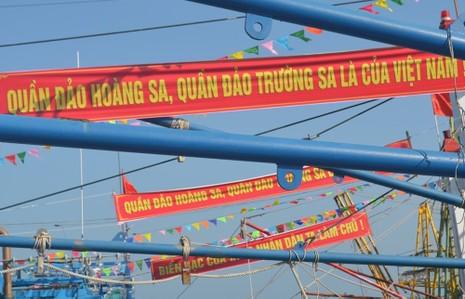 Đoàn tàu vỏ thép mang băng rôn chủ quyền vươn khơi - ảnh 6