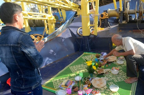 Đoàn tàu vỏ thép mang băng rôn chủ quyền vươn khơi - ảnh 3