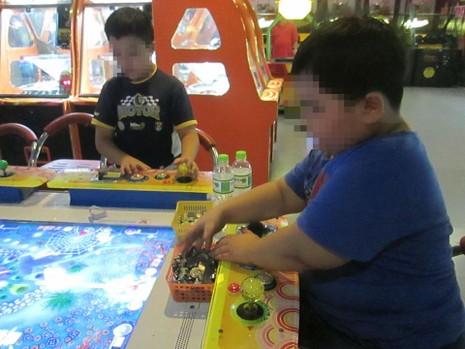 Trẻ 'đốt tiền' chơi game bắn cá - ảnh 1
