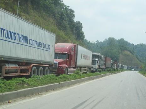 Hàng trăm xe container và xe tải chở hàng nông sản bị ùn tắc kéo dài suốt 4 km từ cửa khẩu Tân Thanh đến ngã ba Pắc Luống ở quốc lộ 4A - Ảnh chụp ngày 5-4-2015, VĂN DUẨN
