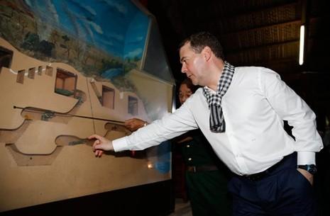 Thủ tướng Nga Medvedev đội mũ tai bèo  - ảnh 4