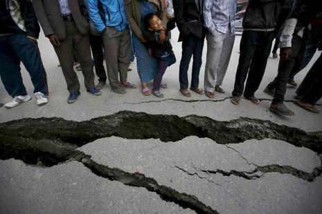 Thủ đô Nepal dịch chuyển 3m, 3.700 người chết - ảnh 1