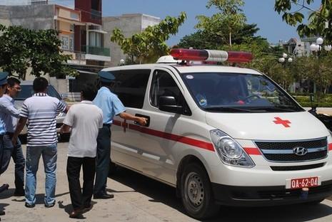 Chiếc xe cứu thương của Trung đoàn Phòng không-Không quân 937 đưa thi thể anh Tú về thăm nhà.