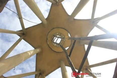 Lên đỉnh tháp cũng bằng thang tre