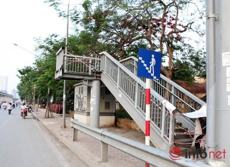 Dỡ cầu đi bộ, hàng trăm sinh viên phải băng qua đường giờ nguy hiểm - ảnh 2