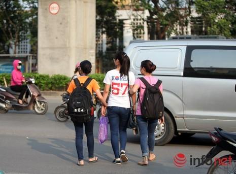 Dỡ cầu đi bộ, hàng trăm sinh viên phải băng qua đường giờ nguy hiểm - ảnh 5