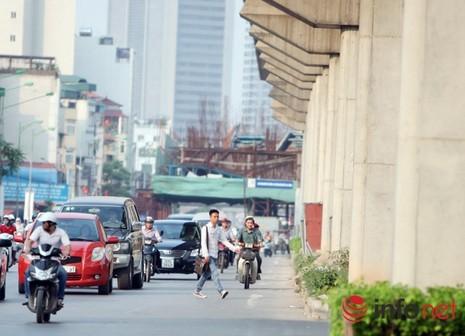 Dỡ cầu đi bộ, hàng trăm sinh viên phải băng qua đường giờ nguy hiểm - ảnh 11