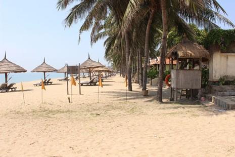 Khu nghỉ mát Ana Mandara bị đề nghị phạt 30 triệu đồng vì tự ý chiếm bãi biển Ảnh: KỲ NAM