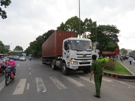 Hai xe container 'mắc nạn' ở khu vực cầu vượt Lăng Cha Cả - ảnh 4