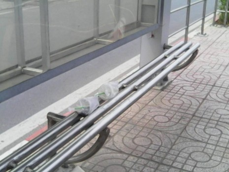 """Không có thùng rác, trạm xe buýt """"như bãi chiến trường"""" - ảnh 10"""