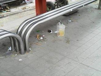 """Không có thùng rác, trạm xe buýt """"như bãi chiến trường"""" - ảnh 5"""