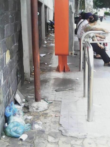 """Không có thùng rác, trạm xe buýt """"như bãi chiến trường"""" - ảnh 1"""