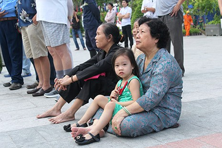 Người dân TP.HCM về xem tượng đài Bác Hồ  - ảnh 2