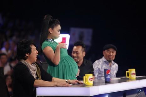 """Vietnam Idol: Thu Minh sắp """"lâm bồn"""", Hồng Nhung ngồi ghế nóng - ảnh 1"""