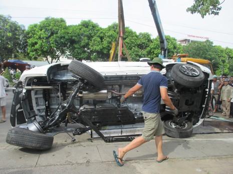 Xe Fortuner tông rớt bánh xe con, gãy cột điện rồi lật ngửa - ảnh 5