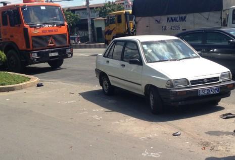 Container ủi xe ô tô 4 chỗ đâm 3 xe máy, 4 người bị thương - ảnh 1