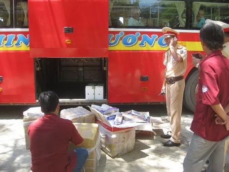 Bắt giữ xe khách hàng ngàn gói thuốc lá nhập lậu - ảnh 1