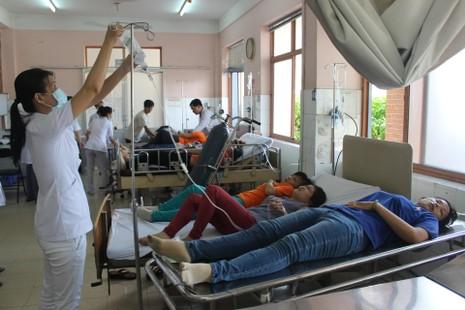 Hít khí lạ, hàng chục công nhân tại TP.HCM nhập viện cấp cứu - ảnh 2