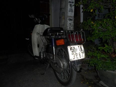 Tìm chủ xe máy đi chơi ... quên xe trước cửa quán cơm - ảnh 1