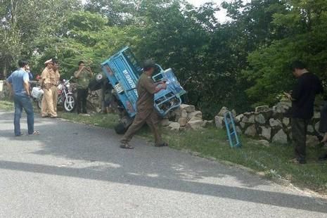 Xe ba càng đâm đổ bờ kè chân núi ở BR - VT, 11 người bị thương - ảnh 1