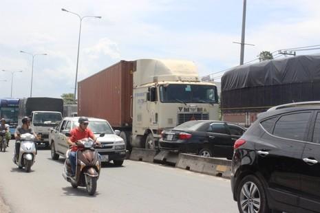 Container húc ô tô gây ùn ứ nghiêm trọng trên QL 1A - ảnh 1