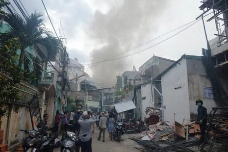 Lửa lớn cháy lan, 8 nhà trọ ở quận Bình Thạnh bị thiêu rụi - ảnh 1
