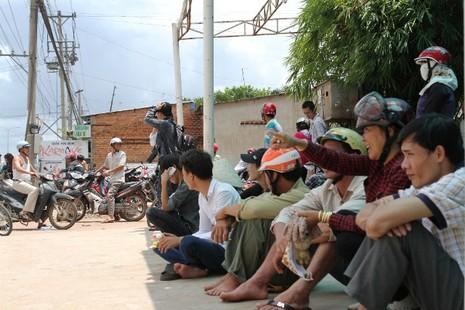 Người dân bỏ việc ra hiện trường theo dõi thực nghiệm vụ thảm sát ở Bình Phước  - ảnh 12