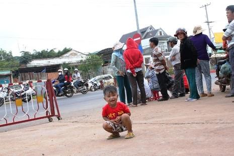 Người dân bỏ việc ra hiện trường theo dõi thực nghiệm vụ thảm sát ở Bình Phước  - ảnh 7