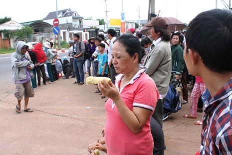 Người dân bỏ việc ra hiện trường theo dõi thực nghiệm vụ thảm sát ở Bình Phước  - ảnh 8