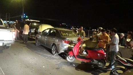 Hai xe máy liên tục gặp tai nạn trên làn đường ô tô - ảnh 1