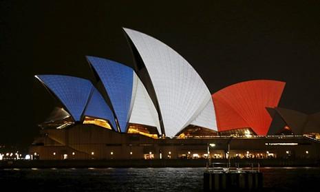 Thế giới đổi màu cờ Pháp tưởng niệm nạn nhân vụ khủng bố  - ảnh 1
