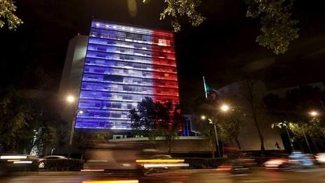 Thế giới đổi màu cờ Pháp tưởng niệm nạn nhân vụ khủng bố  - ảnh 10