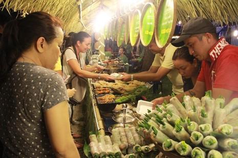 Hàng ngàn người chen chân tại Liên hoan ẩm thực món ngon các nước - ảnh 3