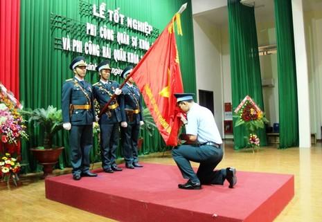Phi công quân sự và phi công hải quân trong ngày tốt nghiệp   - ảnh 4