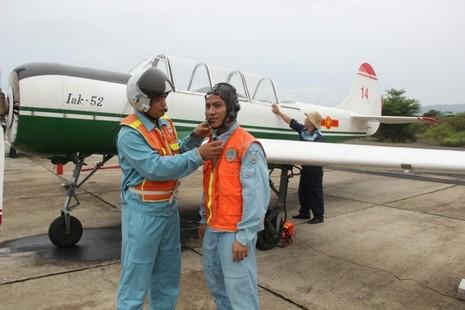 Phi công quân sự và phi công hải quân trong ngày tốt nghiệp   - ảnh 1