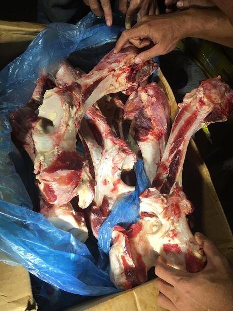 Bắt quả tang thịt trâu thối sắp 'hô biến' thành thịt bò  - ảnh 2