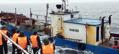 Bắt tàu Trung Quốc xâm phạm vùng biển Việt Nam  - ảnh 1