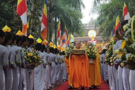 Chùm ảnh: Lễ rước Phật bằng xe hoa và 104 xe ô tô tại Huế - ảnh 2