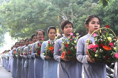 Chùm ảnh: Lễ rước Phật bằng xe hoa và 104 xe ô tô tại Huế - ảnh 4
