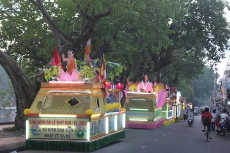 Chùm ảnh: Lễ rước Phật bằng xe hoa và 104 xe ô tô tại Huế - ảnh 5
