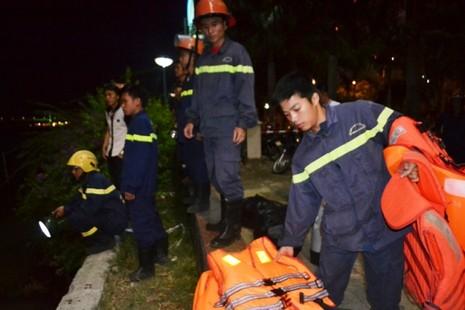 Chùm ảnh: Trắng đêm cứu hộ tàu bị chìm trên sông Hàn  - ảnh 2
