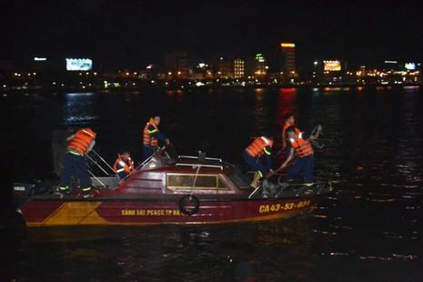 Chùm ảnh: Trắng đêm cứu hộ tàu bị chìm trên sông Hàn  - ảnh 3