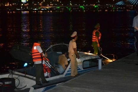 Chùm ảnh: Trắng đêm cứu hộ tàu bị chìm trên sông Hàn  - ảnh 4