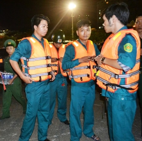 Chùm ảnh: Trắng đêm cứu hộ tàu bị chìm trên sông Hàn  - ảnh 5