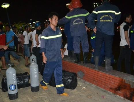Chùm ảnh: Trắng đêm cứu hộ tàu bị chìm trên sông Hàn  - ảnh 6