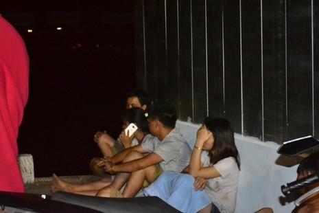 Chùm ảnh: Trắng đêm cứu hộ tàu bị chìm trên sông Hàn  - ảnh 9